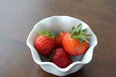 Φράουλες στο άσπρο μαγειρευμένο κύπελλο Στοκ φωτογραφία με δικαίωμα ελεύθερης χρήσης