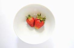 Φράουλες στο άσπρο πιάτο Στοκ φωτογραφία με δικαίωμα ελεύθερης χρήσης
