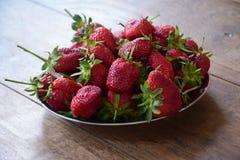 Φράουλες στο ανοξείδωτο πιάτο Στοκ Εικόνες