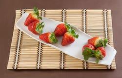 Φράουλες στο επιτραπέζιο χαλί Στοκ Εικόνες