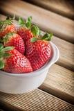 Φράουλες στο κεραμικό κύπελλο Στοκ εικόνα με δικαίωμα ελεύθερης χρήσης