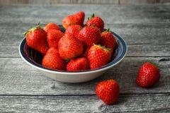 Φράουλες στο κύπελλο 2 στοκ εικόνες
