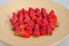 Φράουλες στο ξύλινο πιάτο 3 στοκ φωτογραφία με δικαίωμα ελεύθερης χρήσης