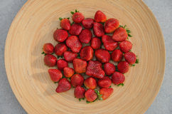 Φράουλες στο ξύλινο πιάτο 4 στοκ φωτογραφίες