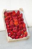 Φράουλες στο ξύλινο πλαίσιο 2 στοκ φωτογραφία με δικαίωμα ελεύθερης χρήσης