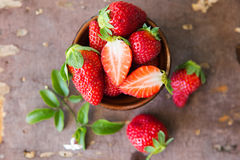 Φράουλες στο ξύλινο υπόβαθρο Στοκ εικόνα με δικαίωμα ελεύθερης χρήσης