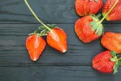 Φράουλες στο ξύλινο υπόβαθρο Στοκ Εικόνες