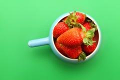 Φράουλες στο πράσινο υπόβαθρο Στοκ εικόνες με δικαίωμα ελεύθερης χρήσης