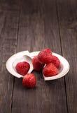 Φράουλες στο σπασμένο πιάτο Στοκ Εικόνες