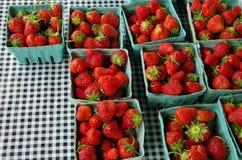 Φράουλες στο τραπεζομάντιλο πικ-νίκ Στοκ εικόνα με δικαίωμα ελεύθερης χρήσης