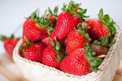 Φράουλες σωρών στο καλάθι Στοκ Εικόνα