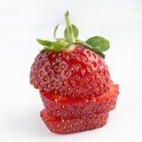 Φράουλες  τεμαχισμένο, διχοτομημένο, άσπρο υπόβαθρο στοκ εικόνες