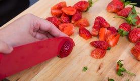 Φράουλες φετών χεριών Στοκ φωτογραφία με δικαίωμα ελεύθερης χρήσης