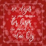 Φράση για την αγάπη στο κόκκινο υπόβαθρο καρδιών bokeh ρομαντικό διάνυσμα απεικόνισης καρτών Γράφοντας στοιχείο Κείμενο στα ισπαν Στοκ Εικόνες