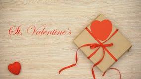 Φράση ημέρας βαλεντίνων του ST που εμφανίζεται στο ξύλινο υπόβαθρο με το κιβώτιο δώρων τεχνών απόθεμα βίντεο