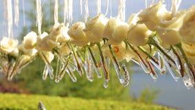 Φρέσκα άσπρα τριαντάφυλλα στα μικρά βάζα στο γάμο απόθεμα βίντεο