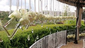 Φρέσκα άσπρα τριαντάφυλλα στα μικρά βάζα στο γάμο φιλμ μικρού μήκους
