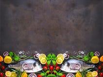 Φρέσκα άψητα ψάρια, dorado, τσιπούρα με το λεμόνι, χορτάρια, λαχανικά και καρυκεύματα στο υπόβαθρο πετρών Τοπ όψη απαγορευμένα στοκ εικόνα με δικαίωμα ελεύθερης χρήσης