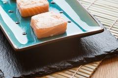 Φρέσκα δέματα τυριών κρέμας σολομών σουσιών στο πιάτο με chopsticks Στοκ εικόνα με δικαίωμα ελεύθερης χρήσης
