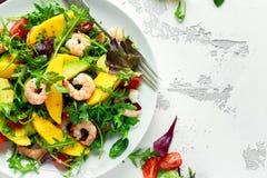 Φρέσκα αβοκάντο, γαρίδες, σαλάτα μάγκο με το πράσινο μίγμα μαρουλιού, ντομάτες κερασιών, χορτάρια και ελαιόλαδο, σάλτσα λεμονιών Στοκ φωτογραφία με δικαίωμα ελεύθερης χρήσης