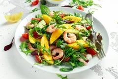 Φρέσκα αβοκάντο, γαρίδες, σαλάτα μάγκο με το πράσινο μίγμα μαρουλιού, ντομάτες κερασιών, χορτάρια και ελαιόλαδο, σάλτσα λεμονιών Στοκ εικόνα με δικαίωμα ελεύθερης χρήσης