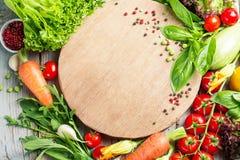 Φρέσκα αγροτικά λαχανικά και χορτάρια στο αγροτικό υπόβαθρο Στοκ Φωτογραφίες