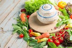 Φρέσκα αγροτικά λαχανικά και χορτάρια στο αγροτικό υπόβαθρο Στοκ Εικόνες