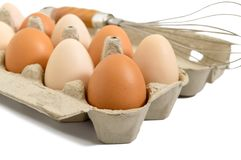 Φρέσκα ακατέργαστα αυγά κοτόπουλου στο κιβώτιο χαρτοκιβωτίων, που απομονώνεται στο άσπρο υπόβαθρο Στοκ Φωτογραφία