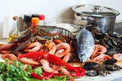 Φρέσκα ακατέργαστα θαλασσινά και ψάρια Στοκ Εικόνα