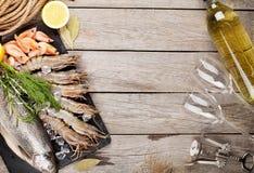 Φρέσκα ακατέργαστα θαλασσινά με τα καρυκεύματα και το άσπρο κρασί Στοκ Εικόνα