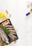 Φρέσκα ακατέργαστα θαλασσινά με τα καρυκεύματα και το άσπρο κρασί Στοκ εικόνα με δικαίωμα ελεύθερης χρήσης