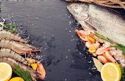 Φρέσκα ακατέργαστα θαλασσινά με τα καρυκεύματα Στοκ Εικόνα