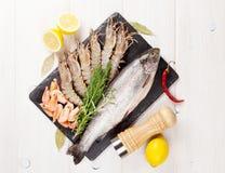 Φρέσκα ακατέργαστα θαλασσινά με τα καρυκεύματα Στοκ Φωτογραφία
