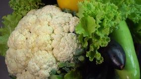 Φρέσκα ακατέργαστα οργανικά ανάμεικτα λαχανικά: Κολοκύθια, φύλλα σαλάτας, κουνουπίδι, μελιτζάνα, πιπέρι κουδουνιών απόθεμα βίντεο
