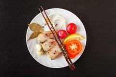 Φρέσκα ακατέργαστα ψάρια με το λεμόνι, κρεμμύδι, ντομάτες, κρεμμύδι, pepperpes στο μαύρο πίνακα Υγιής έννοια τροφίμων, διατροφής  Στοκ Φωτογραφίες