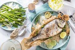 Φρέσκα ακατέργαστα ψάρια τσιπουρών που μαγειρεύουν μαύρο countertop πετρών, τοπ άποψη στοκ εικόνα με δικαίωμα ελεύθερης χρήσης