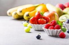 Φρέσκα ανάμεικτα φρούτα και μούρα Στοκ Εικόνες