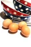 Αυγά και χτύπημα χρώματος Στοκ εικόνες με δικαίωμα ελεύθερης χρήσης