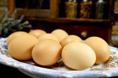 Φρέσκα αυγά στο εκλεκτής ποιότητας ξύλινη ράφι καρυκευμάτων ή την πλάτη γραφείου αποθήκευσης Στοκ φωτογραφία με δικαίωμα ελεύθερης χρήσης