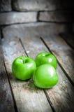Φρέσκα αυξημένα αγρόκτημα μήλα στο αγροτικό ξύλινο υπόβαθρο στοκ φωτογραφίες με δικαίωμα ελεύθερης χρήσης