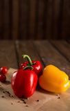 Φρέσκα λαχανικά, βουλγαρικό πιπέρι, ντομάτες κερασιών και καρυκεύματα στοκ εικόνες με δικαίωμα ελεύθερης χρήσης