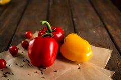 Φρέσκα λαχανικά, βουλγαρικό πιπέρι, ντομάτες κερασιών και καρυκεύματα στοκ εικόνες