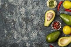 Φρέσκα λαχανικά για το μαγείρεμα στο σκοτεινό ξύλινο υπόβαθρο Στοκ Φωτογραφίες