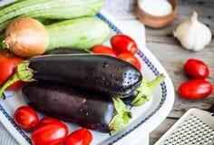 Φρέσκα λαχανικά για το ratatouille στον γκρίζο ξύλινο πίνακα, αγροτικό Στοκ Εικόνες