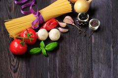 Φρέσκα λαχανικά και ζυμαρικά στο σκοτεινό ξύλο Στοκ Εικόνες