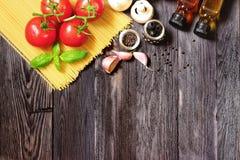 Φρέσκα λαχανικά και ζυμαρικά στο σκοτεινό ξύλο Στοκ φωτογραφίες με δικαίωμα ελεύθερης χρήσης