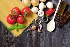Φρέσκα λαχανικά και ζυμαρικά στο σκοτεινό ξύλο Στοκ εικόνα με δικαίωμα ελεύθερης χρήσης