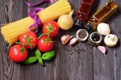 Φρέσκα λαχανικά και ζυμαρικά στο σκοτεινό ξύλο Στοκ εικόνες με δικαίωμα ελεύθερης χρήσης