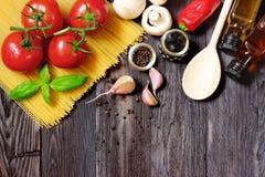 Φρέσκα λαχανικά και ζυμαρικά στο σκοτεινό ξύλο Στοκ Φωτογραφία
