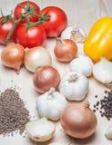 Φρέσκα λαχανικά και καρυκεύματα στον τέμνοντα πίνακα Στοκ εικόνες με δικαίωμα ελεύθερης χρήσης